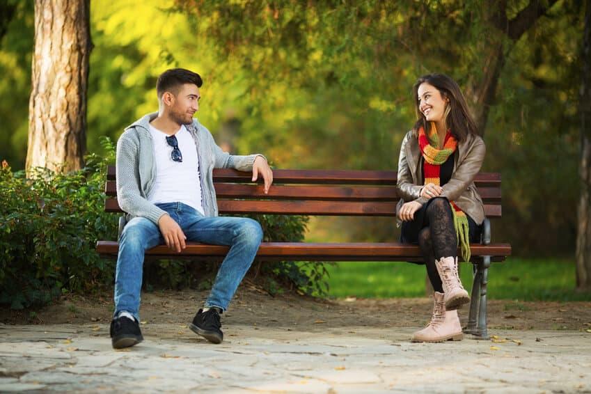 Flirtverhalten Mann, Woran merkt man, dass ein Mann Interesse hat