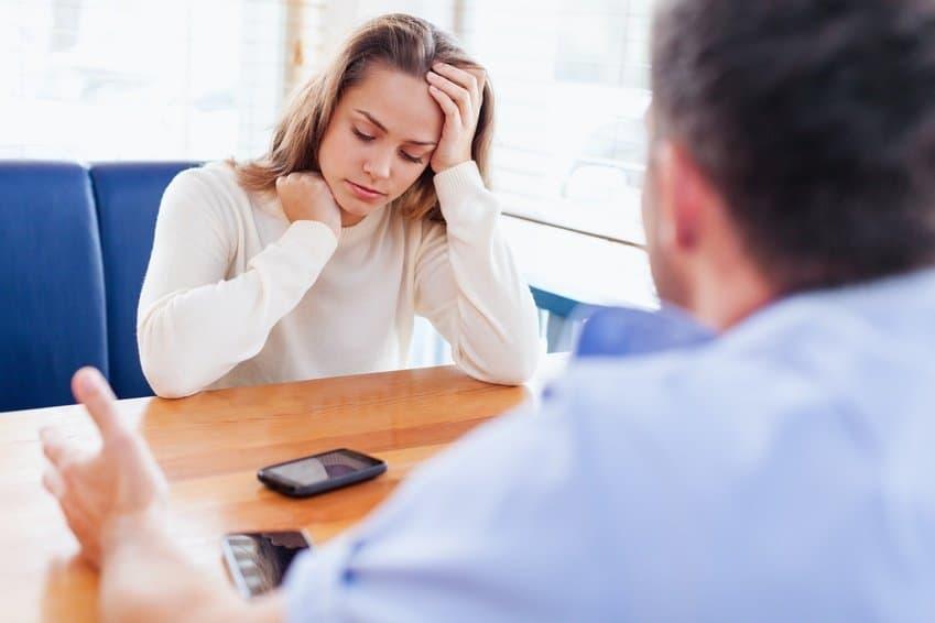 Gespräch zwischen Frau und Mann