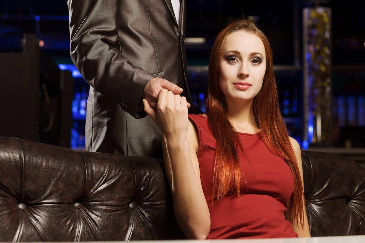 Selbstbewusstsein Verführung Frau auf Couch