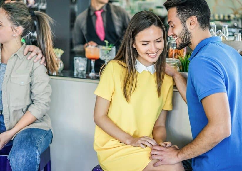 Mit einer Frau flirten