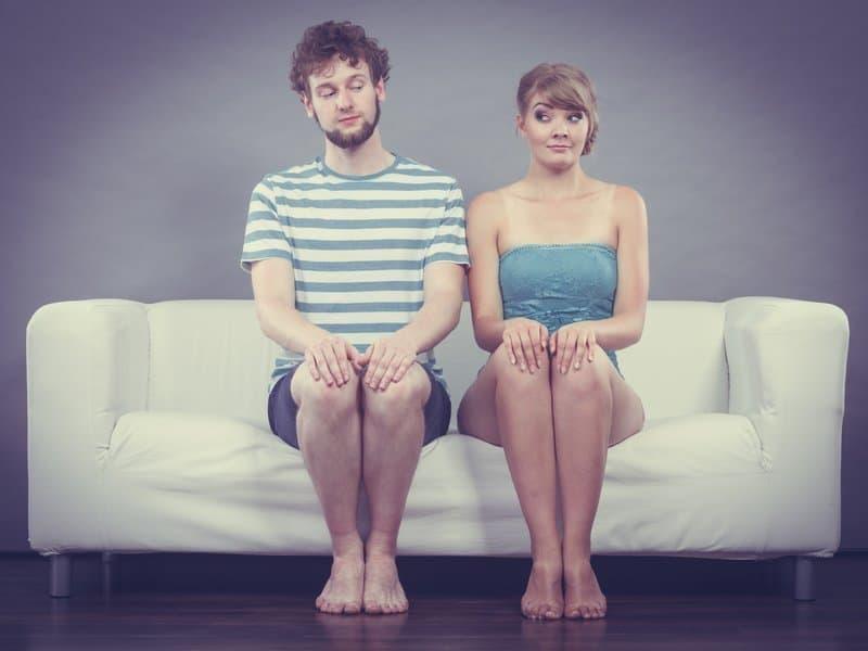 der erste Kuss Mann Frau auf Couch