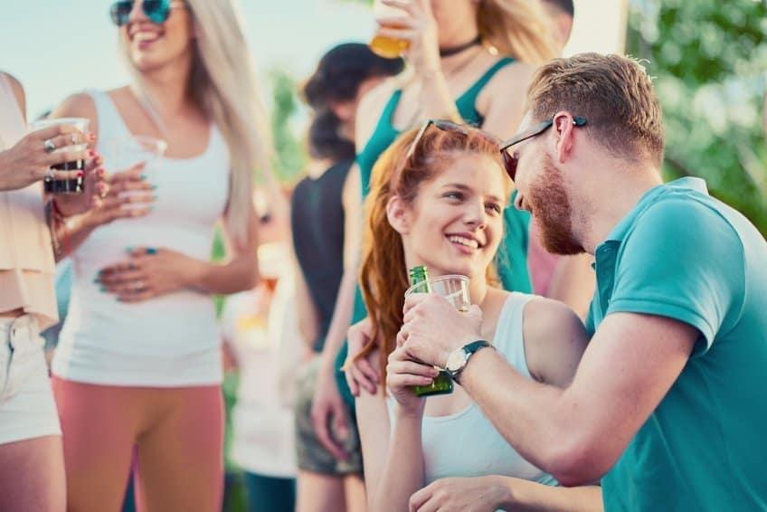 Frau und Mann flirten auf einer Party