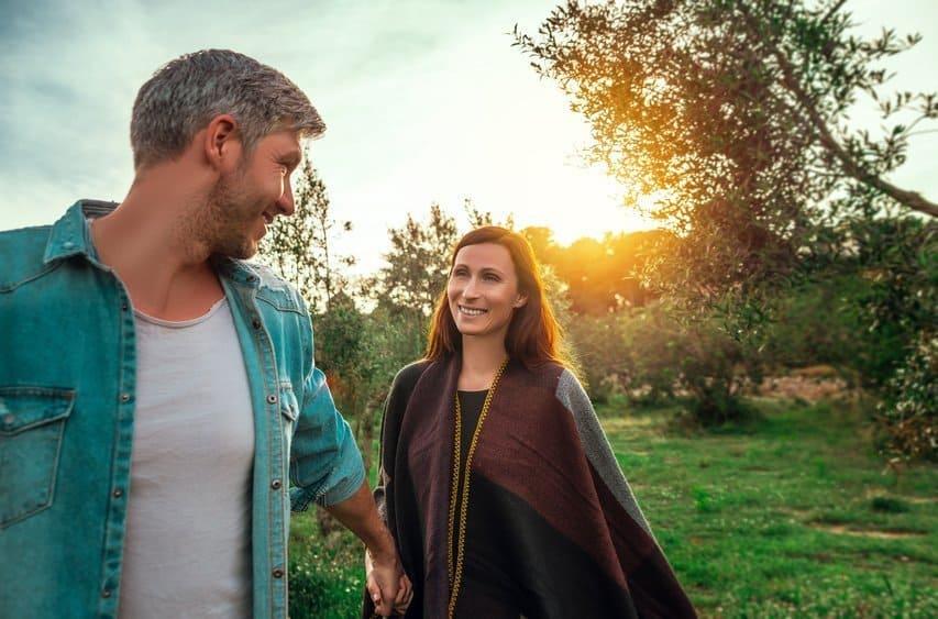 Das erste Date Mann und Frau halten Hand