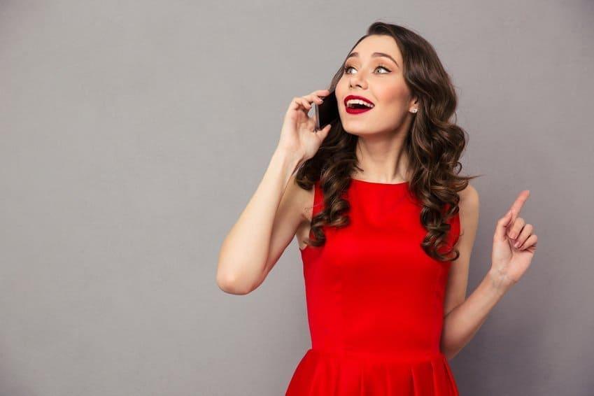 Frau anrufen Frau am Smartphone