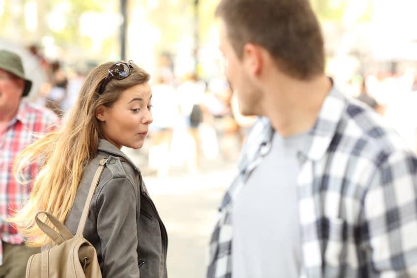Körpersprache deuten, Frau mustert einen Mann