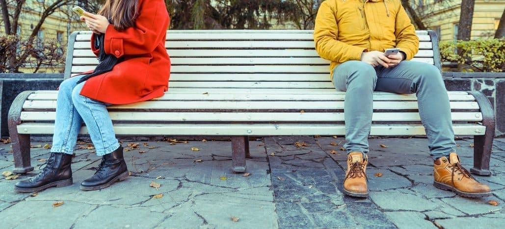 Tipps gegen Ansprechangst, Mann und Frau auf Parkbank