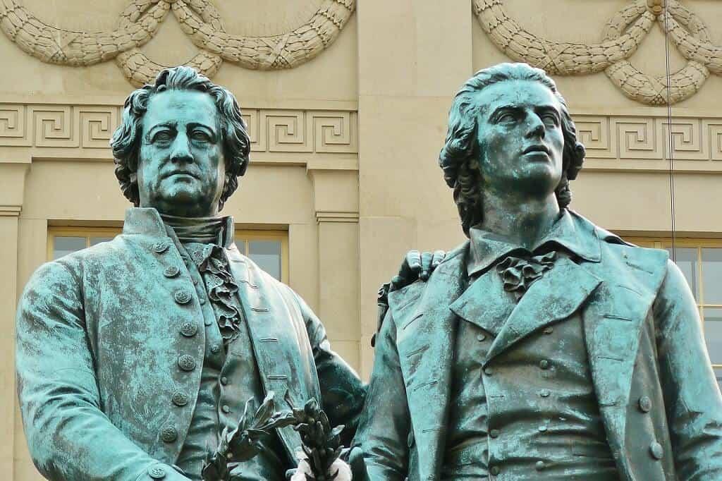 Statuen von zwei Männern, die keine Neider waren