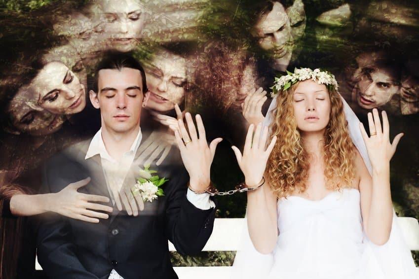 Mann und Frau Hochzeit Handschellen Polygamie vs. Monogamie