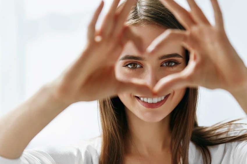 Frau zeigt ein Herz, Eine neue Beziehung eingehen