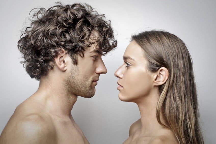 Frau und Mann in Beziehung auf Augenhöhe