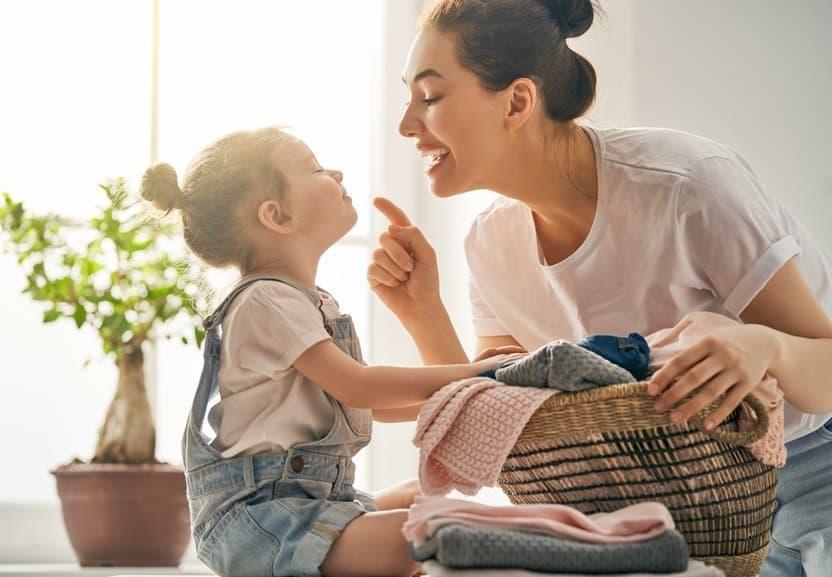 Glückliche Hausfrau spielt mit Kind