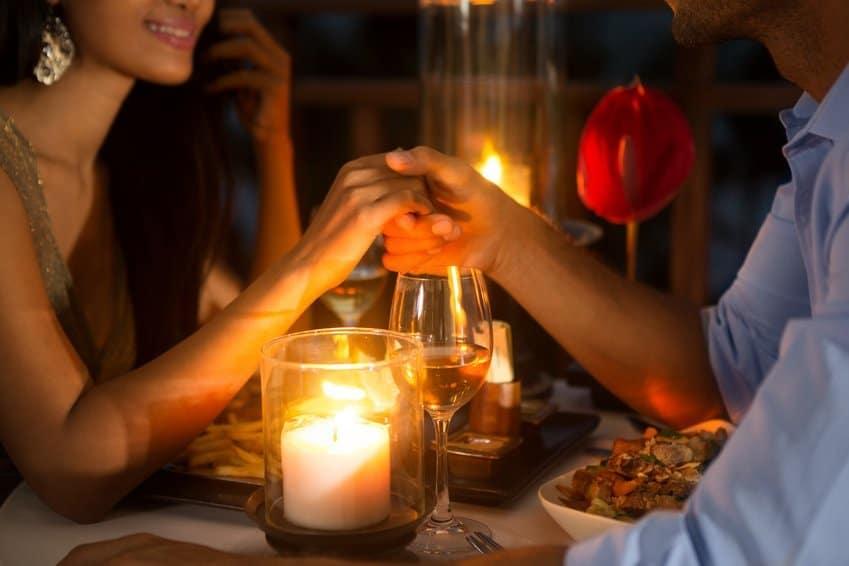 Frau und Mann beim Date berühren sich