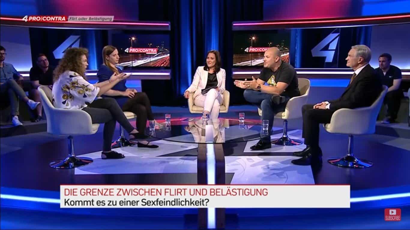 Ein TV ausschnitt der die Diskussion von Frauen und Männern zeigt über das Thema Grenze zwischen Flirt und Belästigung