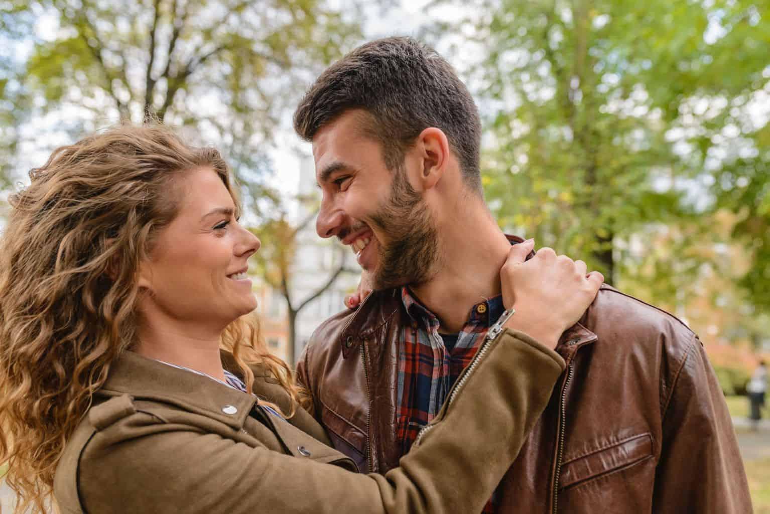 Offene Beziehung Paar Frau lockige Haare Mann Bart