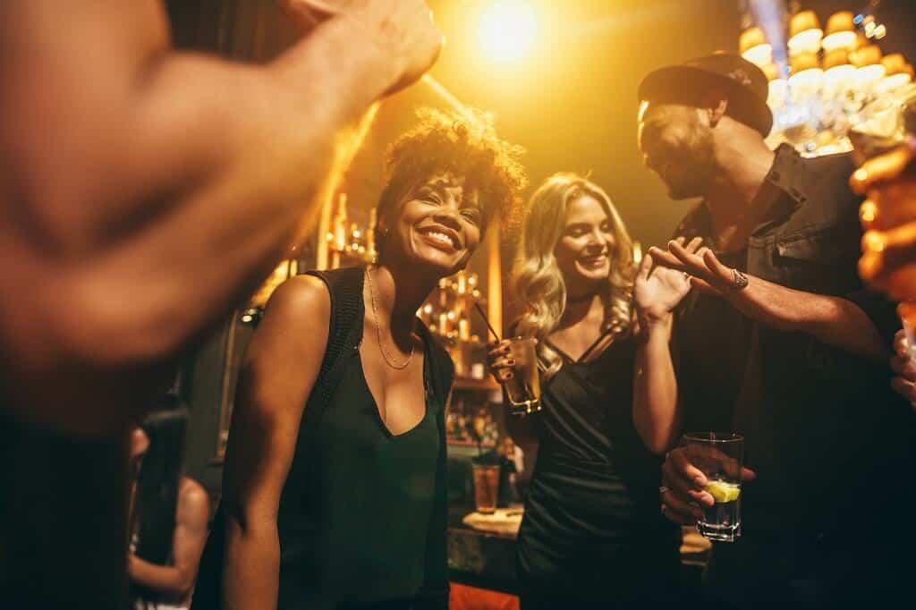 Mit Frauen flirten im Club
