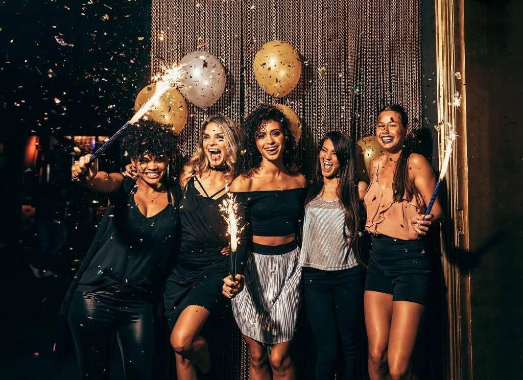 Frauen anbaggern auf einer Party